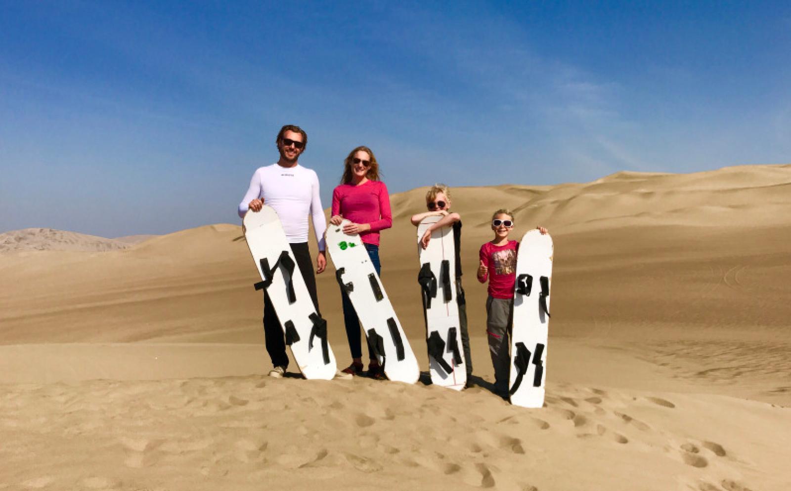 Bart Fatan en het gezin in de woestijn van Peru tijdens vrijwilligerswerk in het buitenland